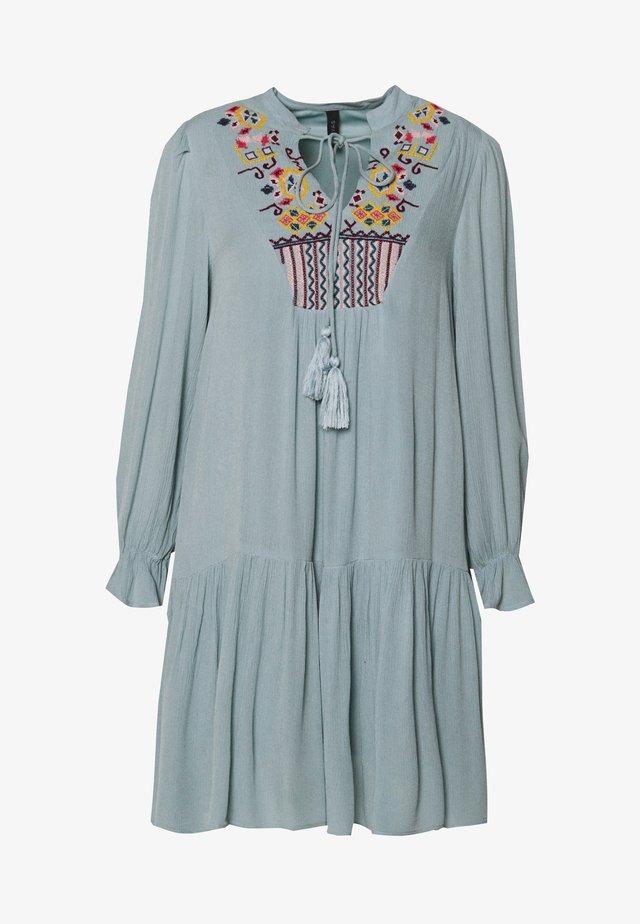 YASCILLA DRESS FEST PETITE - Korte jurk - arona