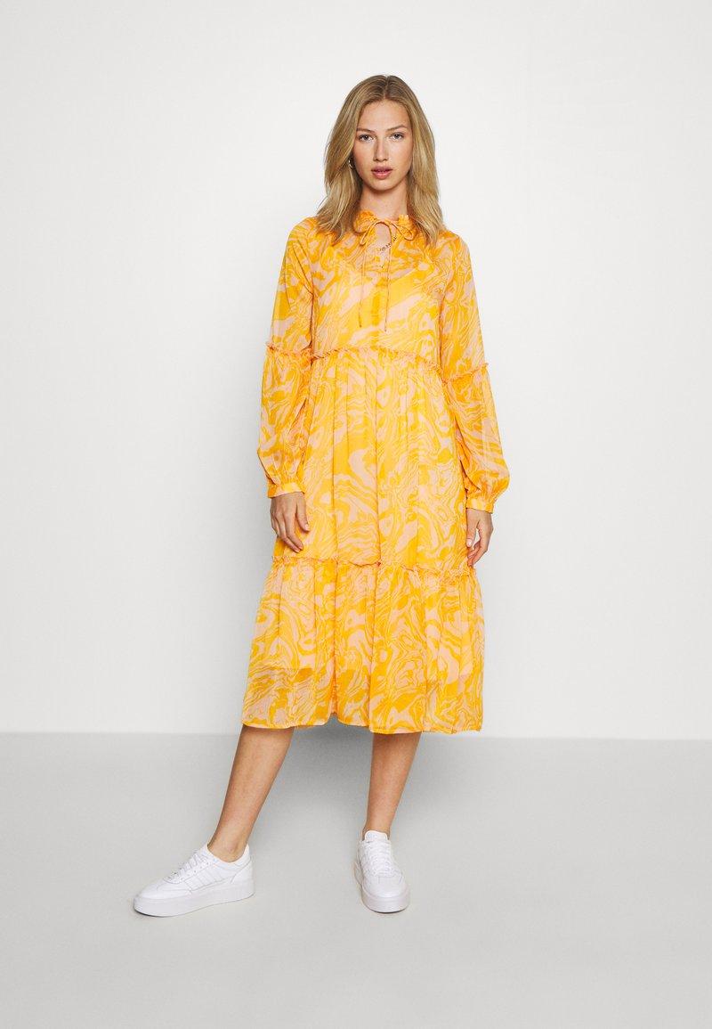 YAS - YASSWIRLY MIDI DRESS - Kjole - cadmium yellow