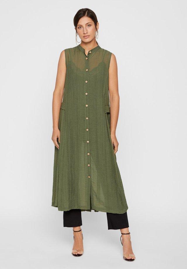 KLEID OHNE ÄRMEL HALBTRANSPARENTES - Shirt dress - leaf clover
