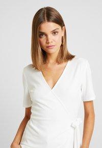 YAS - YASTERRIE - T-shirt med print - star white - 3