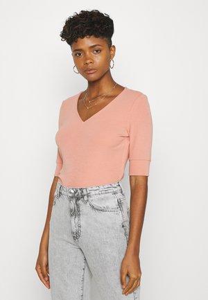 YASHANNAH - T-Shirt print - canyon clay