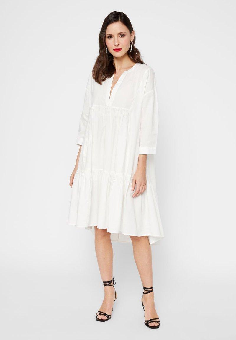 YAS - GESMOKTES KLEID HIGH-LOW SAUM - Korte jurk - star white