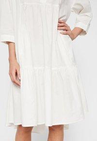 YAS - GESMOKTES KLEID HIGH-LOW SAUM - Korte jurk - star white - 4