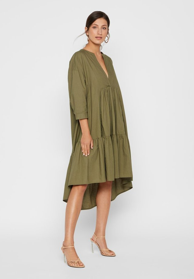 GESMOKTES KLEID HIGH-LOW SAUM - Korte jurk -  leaf clover