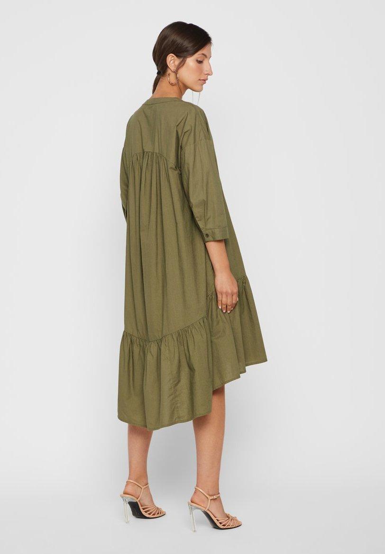 Yas Gesmoktes Kleid High-low Saum - Vardagsklänning Leaf Clover