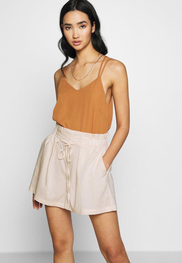 YASFINELLA TIE - Shorts - creme
