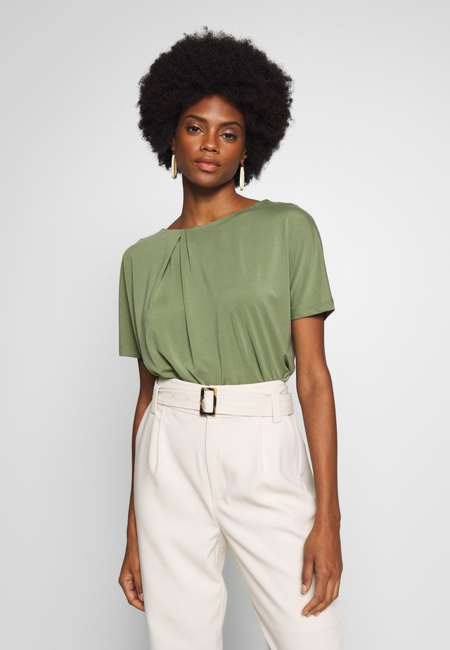 KONSTANCI - T-Shirt basic - garden green