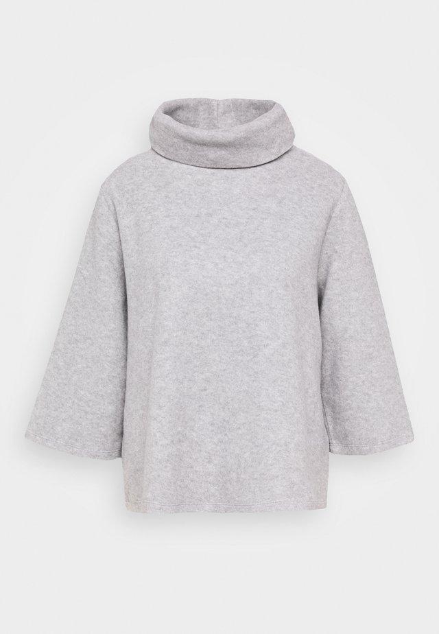 USUA - Stickad tröja - hazy fog melange