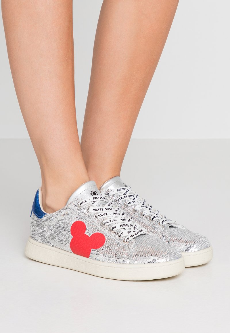 MOA - Master of Arts - Sneaker low - gallery silver/red
