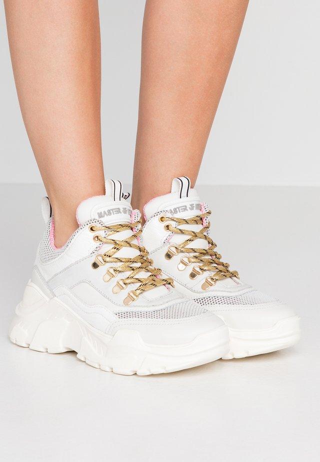 Sneakers - super trek white