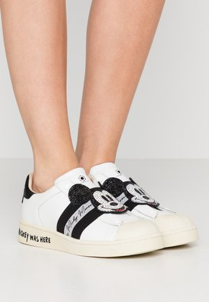 BREAKER  - Loaferit/pistokkaat - white/black