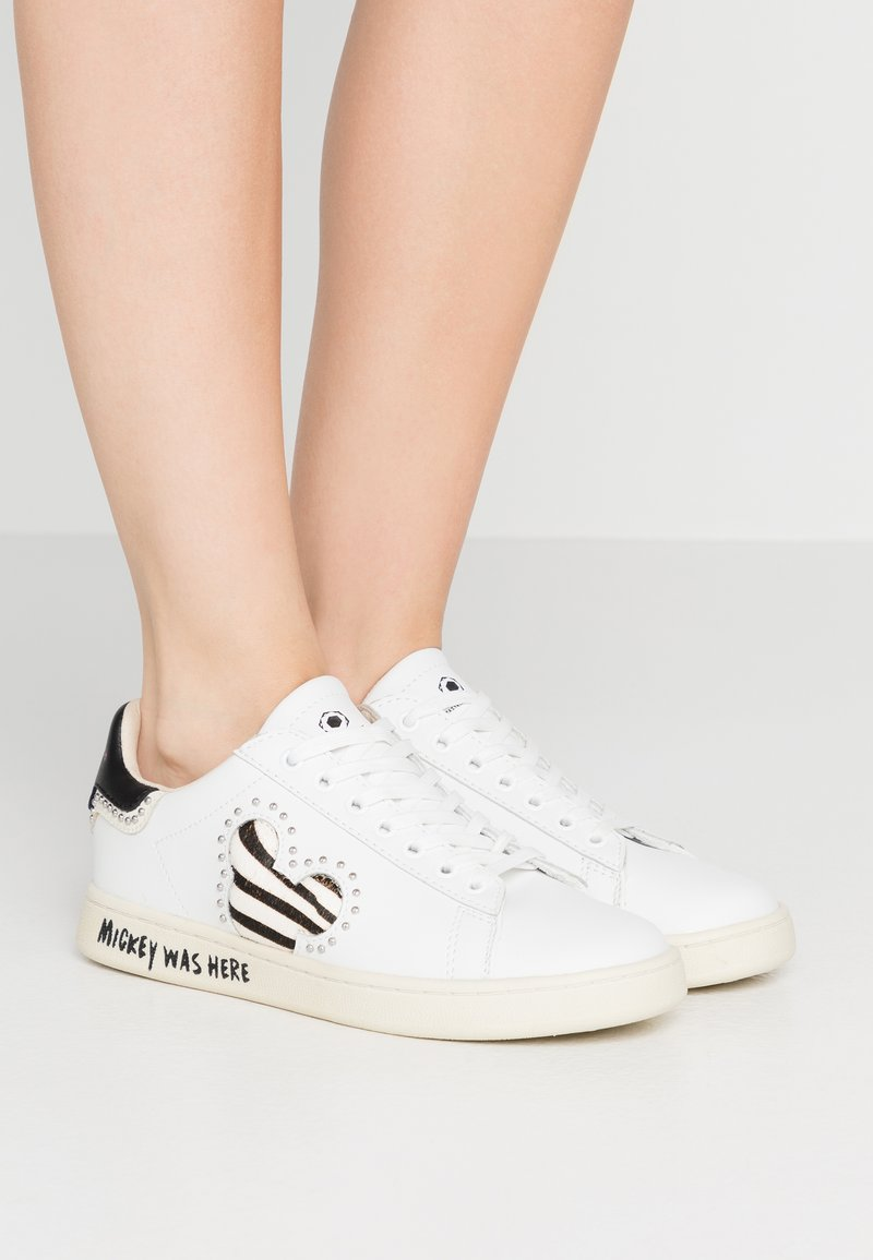 MOA - Master of Arts - GALLERY ZEBRA MICKEY - Trainers - white