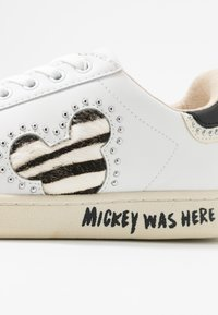 MOA - Master of Arts - GALLERY ZEBRA MICKEY - Trainers - white - 2