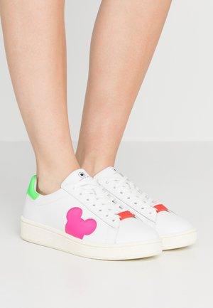 GRAND MASTER MICKEY - Sneaker low - white/fucsia
