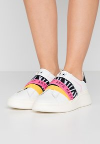 MOA - Master of Arts - Loaferit/pistokkaat - white - 0
