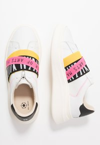 MOA - Master of Arts - Loaferit/pistokkaat - white - 3