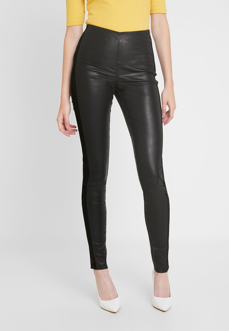 YAS Tall - YASZEBA PANEL STRETCH PANT - Lederhose - black
