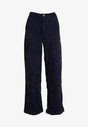 YASSUSSI WIDE PANT - Pantalon classique - dark sapphire