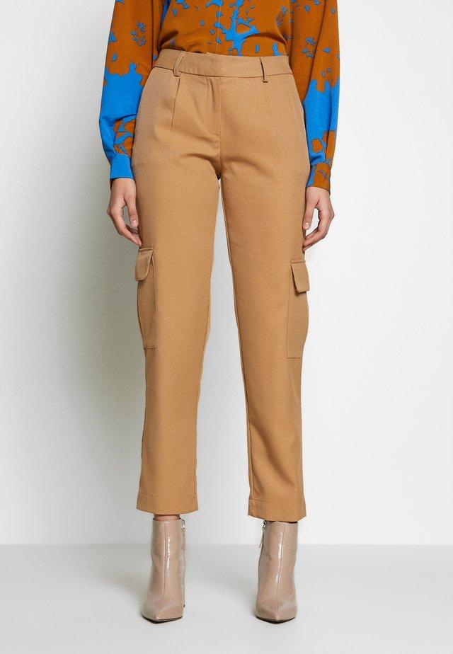 YASCARGOLA PANTS  - Spodnie materiałowe - tannin