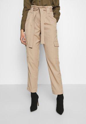 YASCAIRO PANT - Pantalones - light taupe