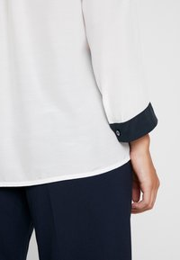 Yargici - CONTRAST DETAILED SHIRT - Bluzka - off white - 5