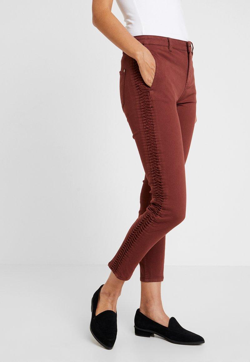 Yargici - FOLD DETAILED TROUSER - Jeans Slim Fit - bordeaux