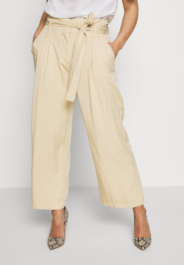 YASENDA CROPPED PANT PETITE - Trousers - pebble
