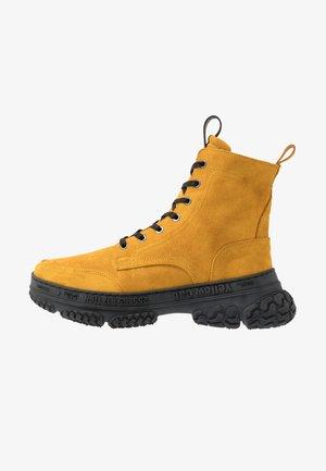 DAKOTA - Šněrovací kotníkové boty - yellow