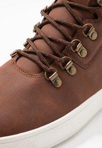 YOURTURN - Sneakers hoog - cognac - 5