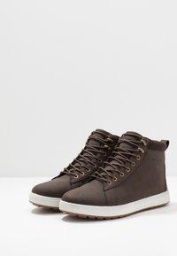 YOURTURN - Sneakersy wysokie - dark brown - 2