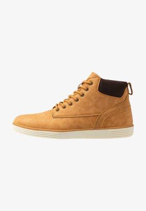 Sneakersy wysokie - camel