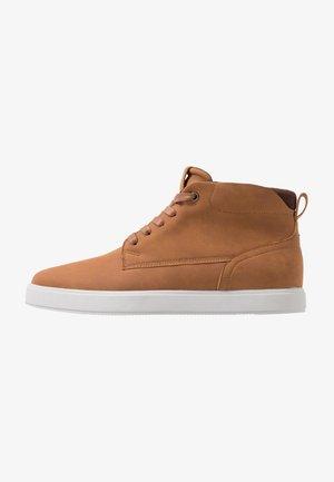 Sneakersy wysokie - cognac