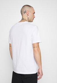 YOURTURN - Camiseta estampada - white - 2