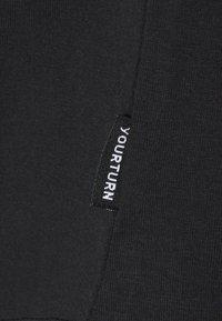 YOURTURN - T-shirts - black - 2