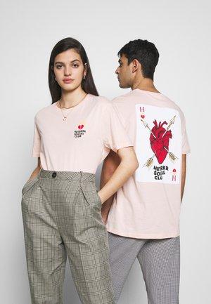 UNISEX ACE TEE - Print T-shirt - pink