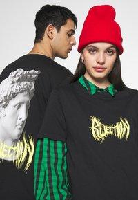 YOURTURN - T-shirt con stampa - black - 3