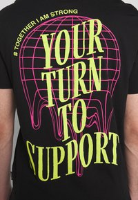 YOURTURN - Print T-shirt - black - 4