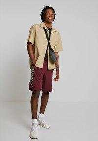 YOURTURN - Pantalon de survêtement - bordeaux - 1