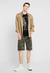 YOURTURN - Shorts - oliv - 1