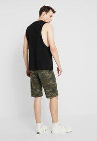 YOURTURN - Shorts - oliv - 2