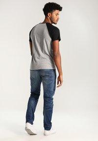 YOURTURN - T-shirt z nadrukiem - grey melange/black - 2