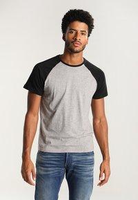 YOURTURN - T-shirt z nadrukiem - grey melange/black - 0
