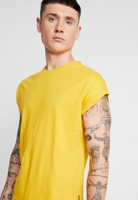 YOURTURN - T-shirt basic - yellow