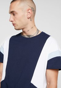 YOURTURN - T-shirt - bas - white/dark blue