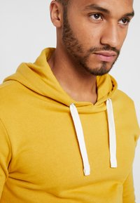 YOURTURN - Jersey con capucha - yellow - 4