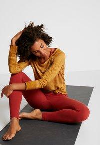 Yogasearcher - KARANI - Långärmad tröja - curry - 1