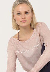 Yogasearcher - KARANI - Langærmede T-shirts - agate - 3
