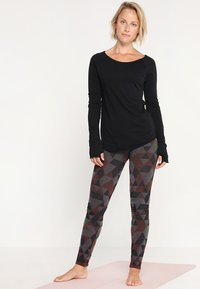 Yogasearcher - KARANI - Long sleeved top - black - 1