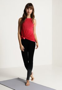 Yogasearcher - Topper - rouge - 1