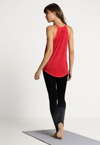 Yogasearcher - Topper - rouge - 2